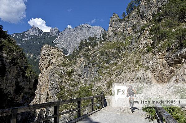 Mountainbike-Fahrerin in der Gießenbachklamm bei Scharnitz  Tirol  Österreich