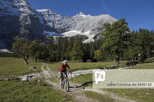 Mountainbike rider  female  Kleiner Ahornboden forest district  Hinterriss  Tyrol  Austria  Europe