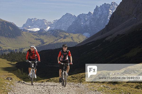 Mountainbike-Fahrer und -Fahrerin am Hochalmsattel beim Karwendelhaus  Scharnitz  Tirol  Österreich
