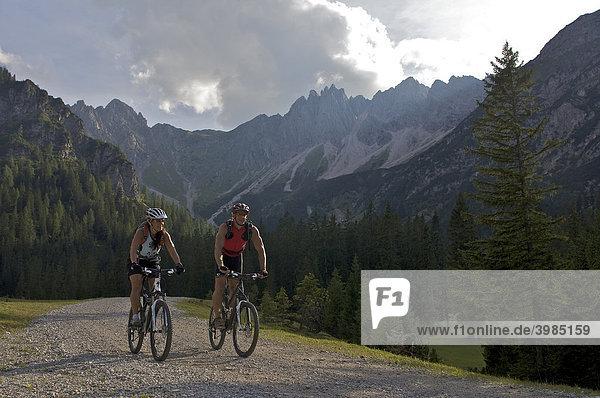 Mountainbike-Fahrerin und -Fahrer im Eppzirler Tal unterhalb der Eppzirler Alm,  bei Scharnitz,  Tirol,  Österreich