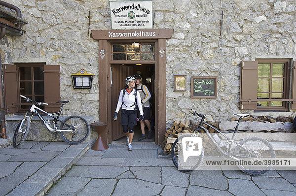 Mountainbike-Fahrerin und -Fahrer am Karwendelhaus  Scharnitz  Tirol  Österreich