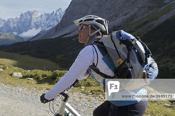 Mountainbike-Fahrerin am Hochalmsattel beim Karwendelhaus  Scharnitz  Tirol  Österreich