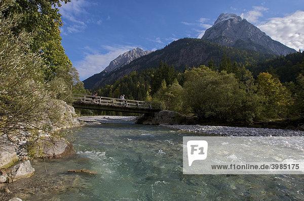 Mountainbike-Fahrerin und -Fahrer auf Brücke über den Rißbach  Hinterriß  Tirol  Österreich