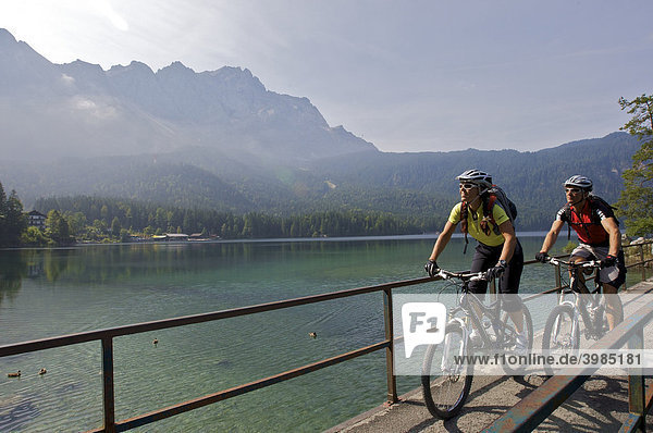 Mountainbike-Fahrerin und -Fahrer am Eibsee  Grainau  Oberbayern  Bayern  Deutschland