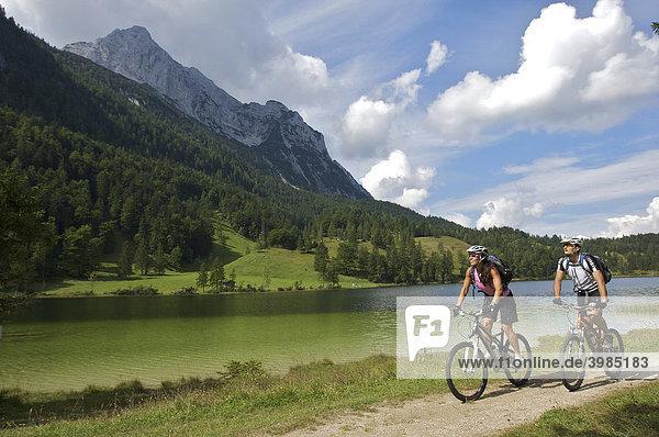Mountainbike-Fahrerin und -Fahrer am Ferchensee  bei Mittenwald  Oberbayern  Bayern  Deutschland