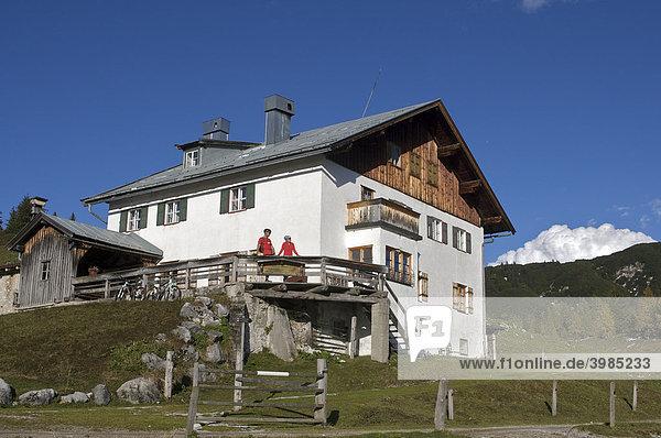 Mountainbike-Fahrerin und -Fahrer an der Adlerspointalm bei Kirchdorf  Tirol  Österreich