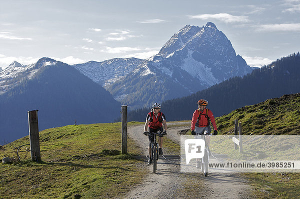 Mountainbike-Fahrer am Gaisberg bei der Wiegalm  dahinter Großer Rettenstein  Rettenbach  Tirol  Österreich
