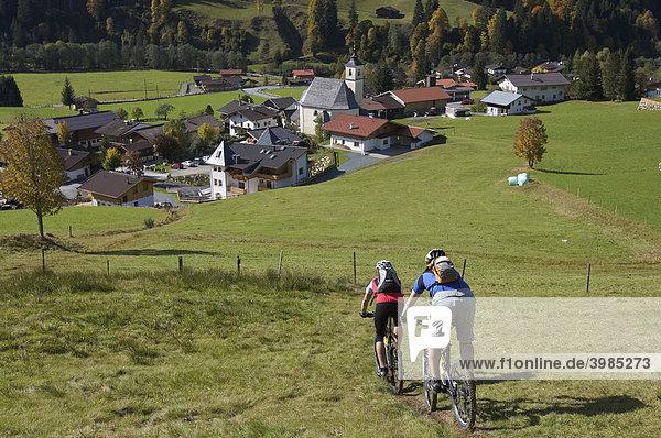 Mountainbike-Fahrer bei Aschau,  Tirol,  Österreich,  Europa