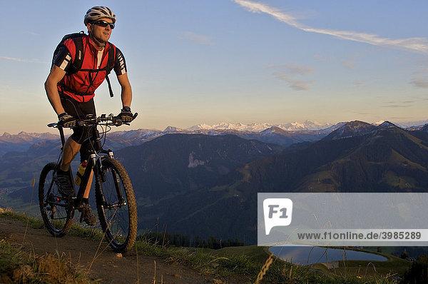 Mountainbike-Fahrer im Abendlicht an der Hohen Salve  Tirol  Österreich  Europa