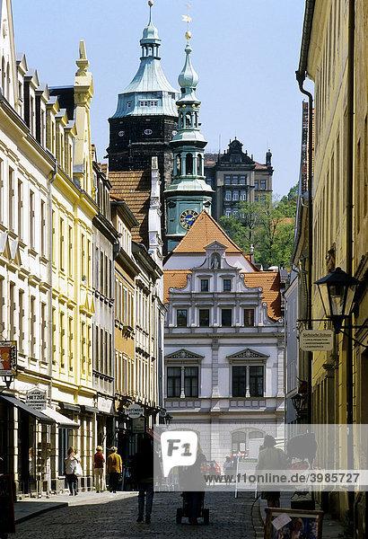 Pirna  Schuhgasse  Blick auf historisches Rathaus und Schloss  Sachsen  Deutschland  Europa