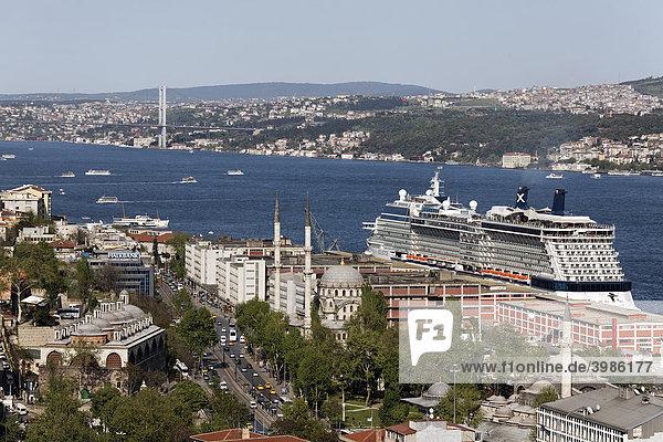 Blick über die Dächer von Galatasaray auf den Bosporus  großes Kreuzfahrtschiff am Kai von Tophane  Istanbul  Türkei
