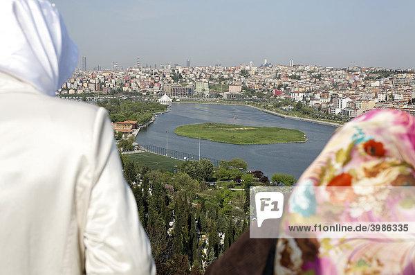 Zwei muslimische Frauen mit Kopftuch schauen auf den modernen Stadtteil Sütlüce  Goldenes Horn  Eyüp  Istanbul  Türkei