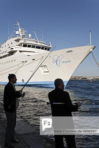Mittelmeer-Kreuzfahrtschiff The Calypso ankert am Kai von Karaköy  zwei Männer beim Angeln  Bosporus-Ufer  Istanbul  Türkei