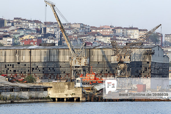 Stillgelegte Schiffswerft am Ufer des Goldenen Horn  verfallene Docks  Istanbul  Türkei