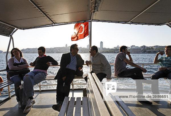 Fähre auf dem Goldenen Horn  Fahrgäste sitzen an Deck unter einem Sonnensegel  Gegenlicht  Istanbul  Türkei
