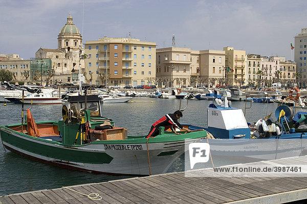 Fischerboote am Anleger im Hafen von Trapani  Sizilien  Italien