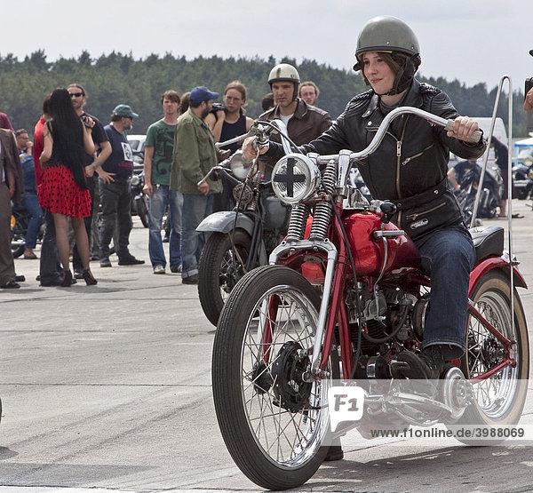 Junge Frau auf einem alten Motorrad beim Roadrunner Race 61 in Finowfurt  Brandenburg  Deutschland  Europa