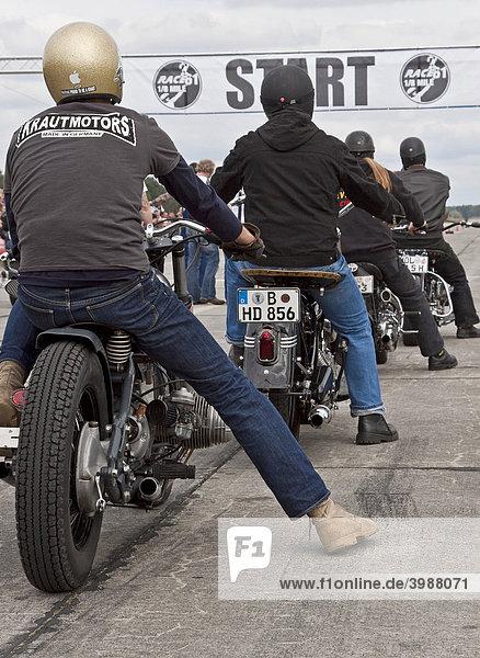 Motorradfahrer am Start bei dem Roadrunner Race 61 in Finowfurt  Brandenburg  Deutschland  Europa