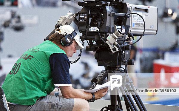 Kameramann bei der Leichtathletik WM  IAAF 2009  beim Studieren seiner Bedienungsanleitung  Berliner Olympiastadion  Berlin  Deutschland  Europa