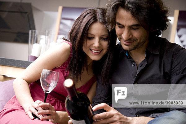Junges Paar mit Weinflasche