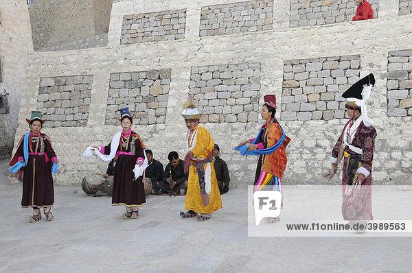 Traditioneller Ladakhi-Tanz vor dem Palast in Leh  Ladakh  Nordindien  Himalaja  Asien
