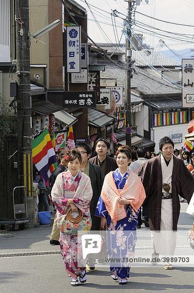 Jugendliche im Kimono in der Altstadt Richtung Kiyomizu-dera Tempel  Kyoto  Japan  Asien