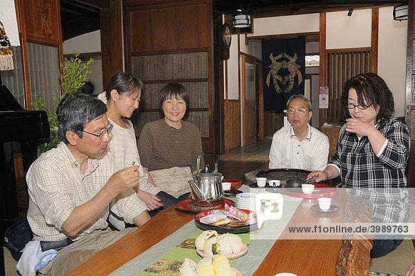 Japanische Familie trinkt Tee in einem traditionellem Wohnzimmer in einem japanischen Wohnhaus  Sagara  Präfektur Shizuoka  Japan  Asien