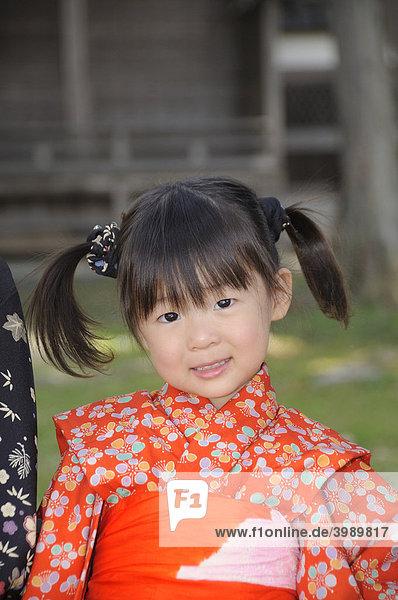Mädchen im Kimono während des Kirschblütenfestes in Sasayama  Japan  Asien