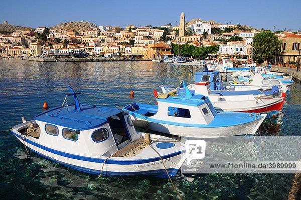 Boote im Hafen Emborio  Insel Chalki  Dodekanes  Griechenland