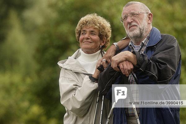 Seniorenpaar beim Nordic Walking