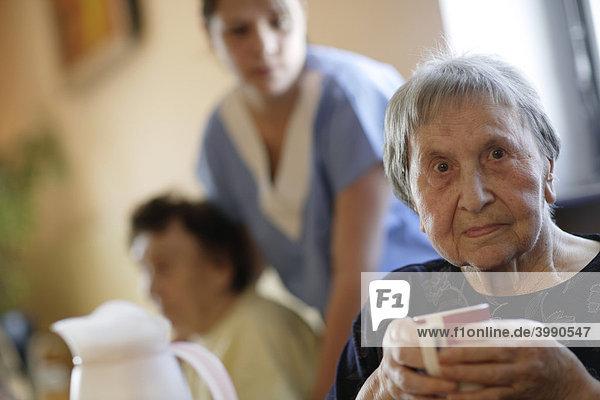 Pflegeheim  alte Frau mit Pflegerin
