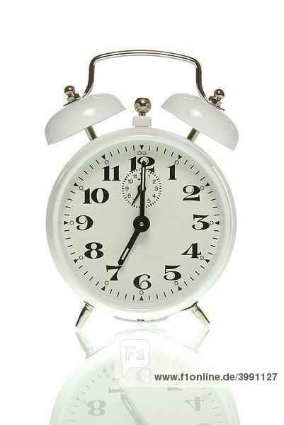 Wecker zeigt sieben Uhr