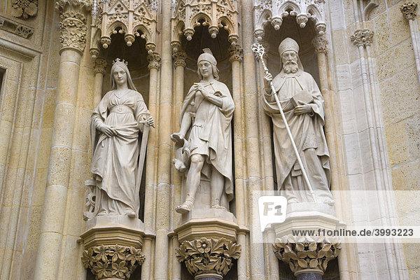 Skulpturen  Details des Eingangs der Kathedrale von Zagreb  Zagrebacka katedrala  in Kaptol  Gornji Grad  Zagreb  Kroatien  Europa