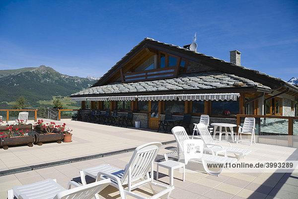 Hauptgebäude mit Terrasse  Dalai Lama Village  Camping Club  Chatillon  Matterhorn-Tal  Aosta-Tal  Valle d'Aosta  Südtirol  Italien  Europa