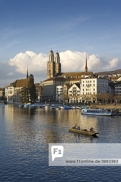 Zürcher Altstadt an der Limmat mit dem Grossmünster und der Wasserkirche  Zürich  Schweiz  Europa