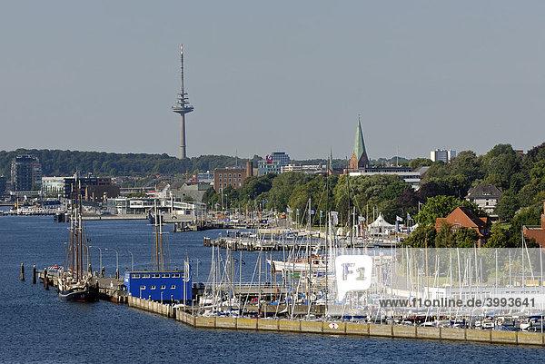 Blick über das Westufer der Kieler Innenförde mit Yachthafen Düsternbrook  Nikolaikirche und Funkturm  Kiel  Schleswig-Holstein  Deutschland  Europa