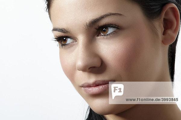 Seitliches Portrait einer jungen Frau