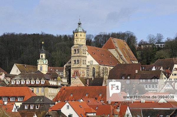 Blick auf die historische Altstadt von Schwäbisch Hall mit der Kirche St Michael  Landkreis Schwäbisch Hall  Baden-Württemberg  Deutschland  Europa