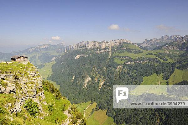 Berghütte auf der Ebenalp  dahinter das Alpsteinmassiv mit dem Hohen Kasten  Kanton Appenzell Innerrhoden  Schweiz  Europa