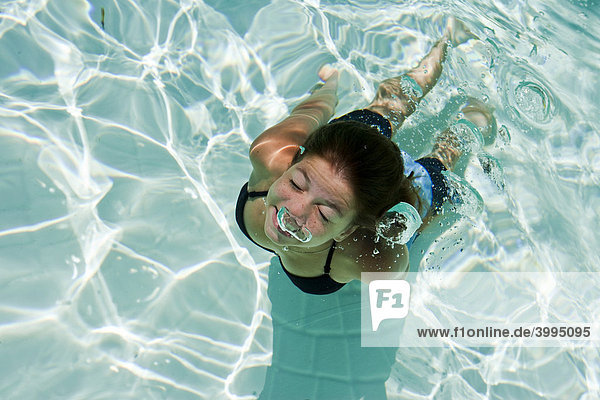 Mädchen taucht im Schwimmbad