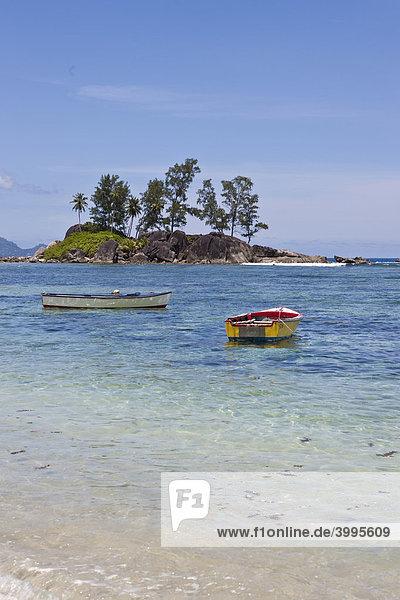 Eine Gruppe von Fischerbooten am Anse L'Islette  Insel Mahe  Seychellen  Indischer Ozean  Afrika