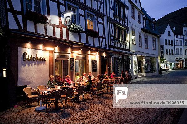 Touristen sitzen abends im Restaurant an der Hebegasse  Bernkastel-Kues  Mosel  Rheinland-Pfalz  Deutschland  Europa
