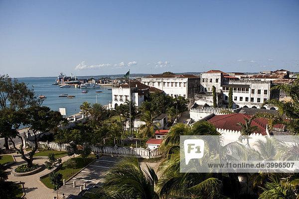 Blick auf den Hafen von Stone Town  Stonetown  Sansibar  Tansania  Afrika