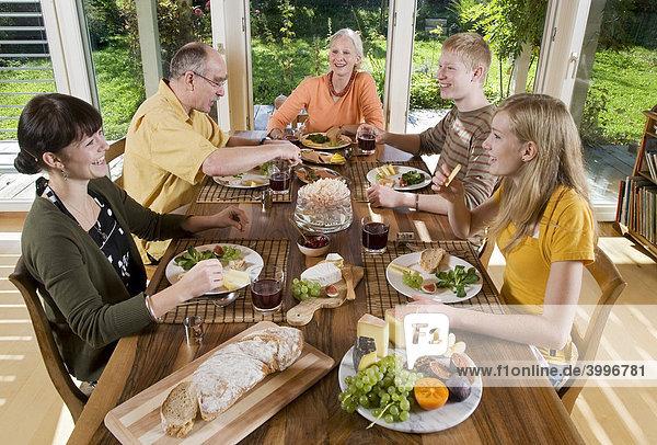 Schweizer Familie bei gemeinsamen Sonntags-Brunch