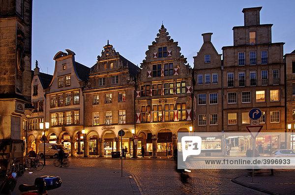 Alte Giebelhäuser mit Arkaden in der Abendbeleuchtung  Münster  Westfalen  Deutschland  Europa