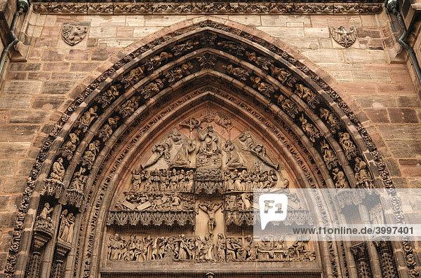 Mit Figuren reich verziertes gotisches Eingangsportal  Detail der Lorenz Kirche  Nürnberg  Mittelfranken  Bayern  Deutschland  Europa