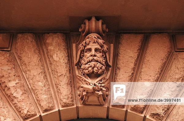 Portrait eines Baumeister mit Werkzeug als Skulptur an einem alten Bürgerhaus  Hamburg  Deutschland  Europa