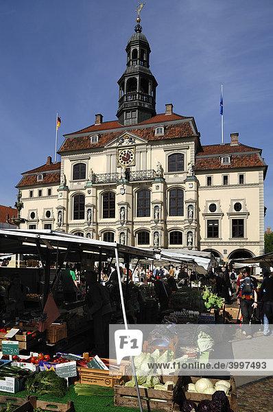 Altes Rathaus mit Barock Fassade  vorne Marktstände  Lüneburg  Niedersachsen  Deutschland  Europa