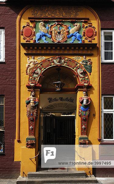 Farbiges Renaissace Eingangsportal der Raths-Apotheke  Detail  Lüneburg  Niedersachsen  Deutschland  Europa