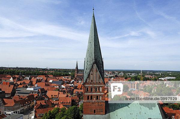 Blick vom Wasserturm auf die Lüneburger Altstadt  vorne St. Johannis  hinten St. Nikolai-Kirche  Lüneburg  Niedersachsen  Deutschland  Europa